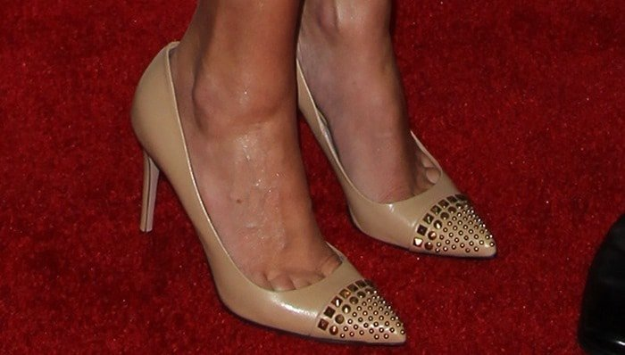 Julia Roberts showing toe cleavage in Gucci leather nude pumps with studded toecaps