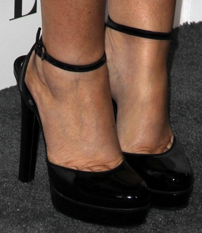 Amy Poehler's feet in black platform pumps