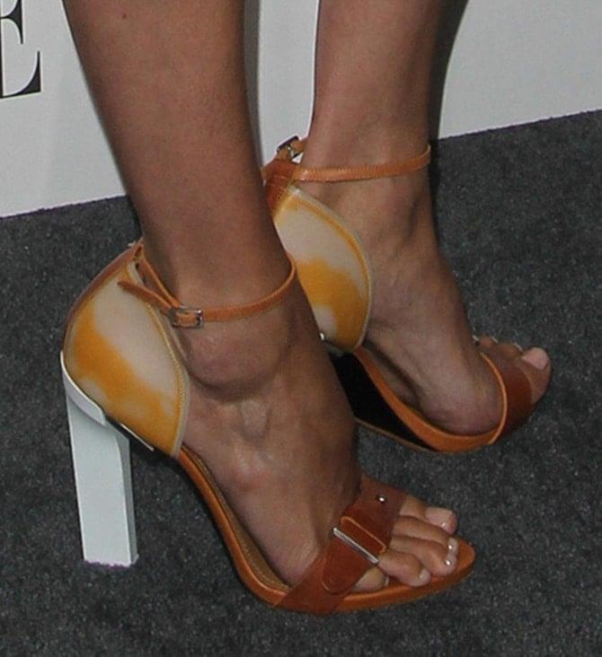 Doutzen Kroes displayed her pedicured toes in block sandals