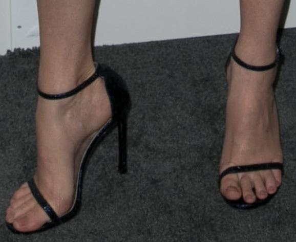 Elizabeth Banks's feet in Stuart Weitzman sandals