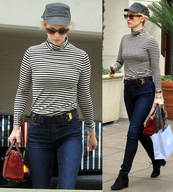 A simple striped shirt and skinny jeans make a chic combination for everyday