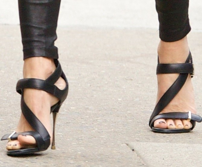 Naomi Watts showing off her feet in black strappy sandals