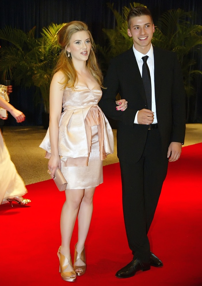 Actress Scarlett Johansson arrives with her twin brother Hunter to the 2010 White House Correspondents' Association Dinner