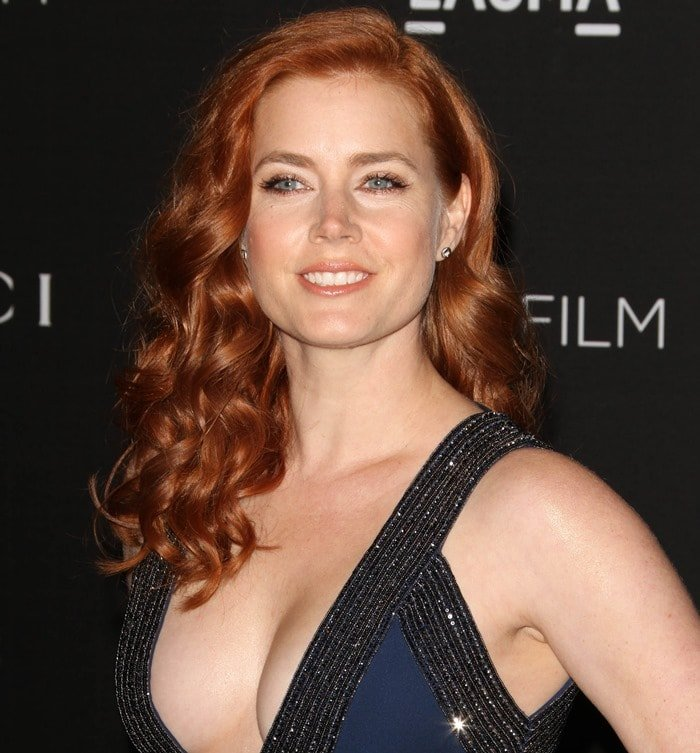 Amy Adams highlights her cleavage in a royal blue dress from the Gucci Spring 2015 Collection