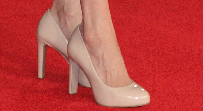 Angelina Jolie shows off her sexy feet innude pumps