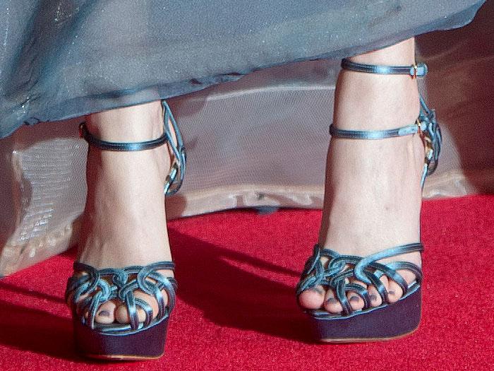 """Elizabeth Banks shows off her feet in Charlotte Olympia """"Ursula"""" platform sandals"""
