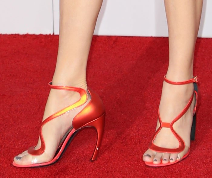 Elizabeth Banks flaunts her gorgeous legs and feet