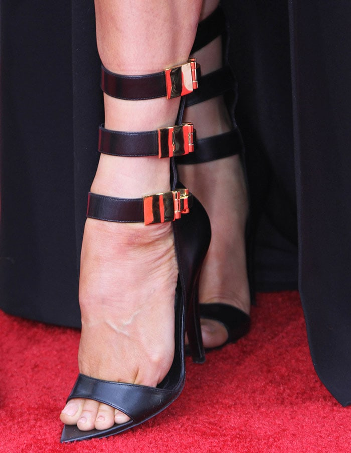 Fergie shows off her sexy feet in Versus sandals