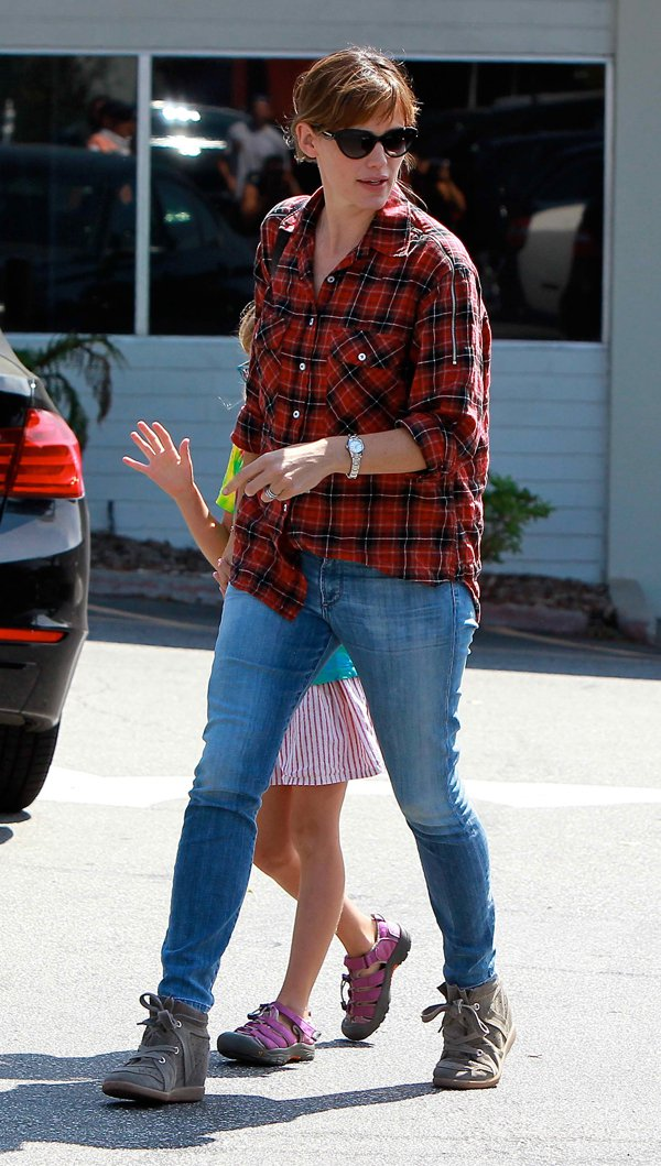 Jennifer Garner takes her daughter Violet Affleck to Brentwood Public Library in Los Angeles on September 14, 2013