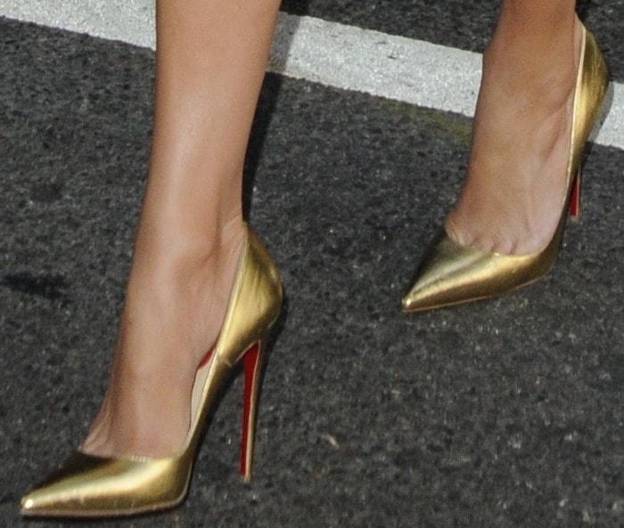 Jennifer Lopez wearing gold 'So Kate' pumps by Christian Louboutin