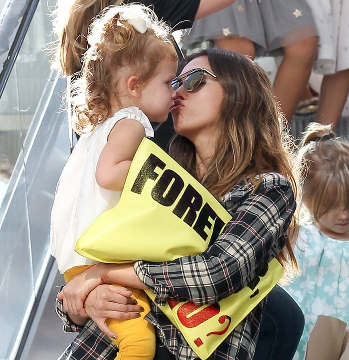 Jessica Alba Kissing Daughter