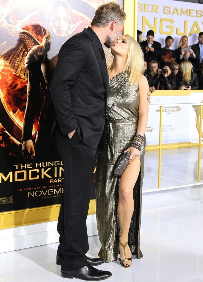 "Jessica Simpson kisses her husband Eric Johnson at the premiere of ""The Hunger Games: Mockingjay -- Part 1"""