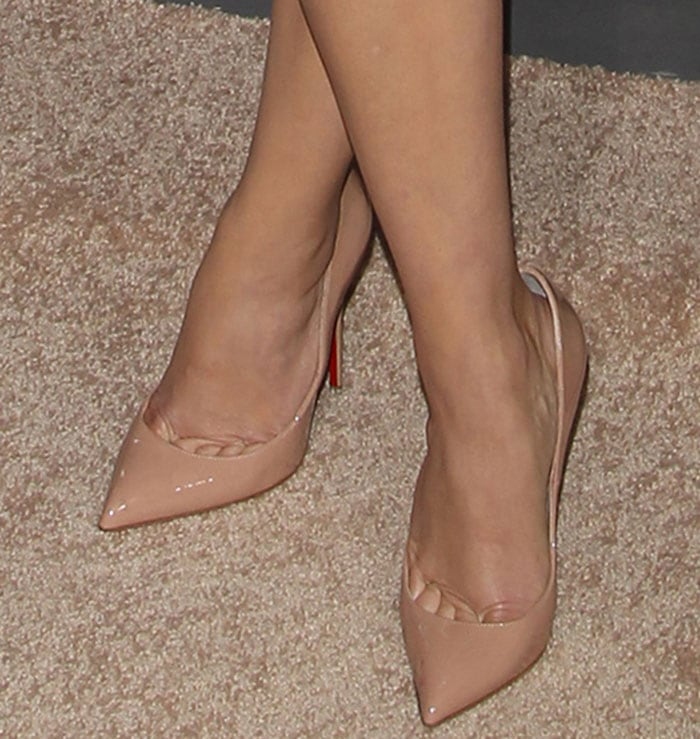 Reese Witherspoon shows toe cleavage in nude pumps