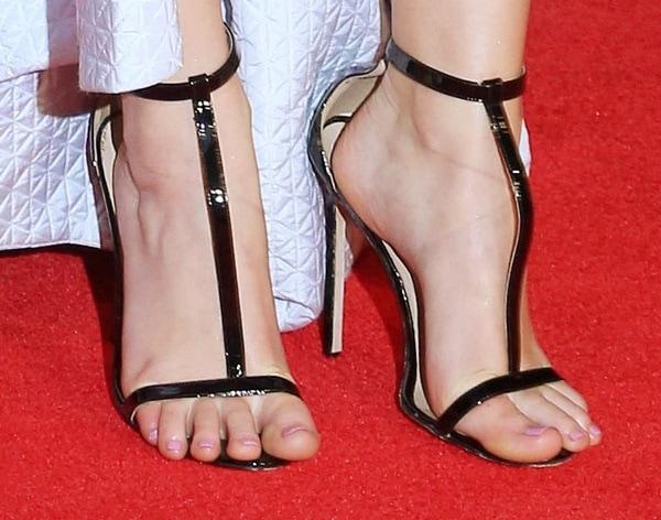 Jennifer Lawrence showing off her feet in ill-fitting Manolo Blahnik sandals