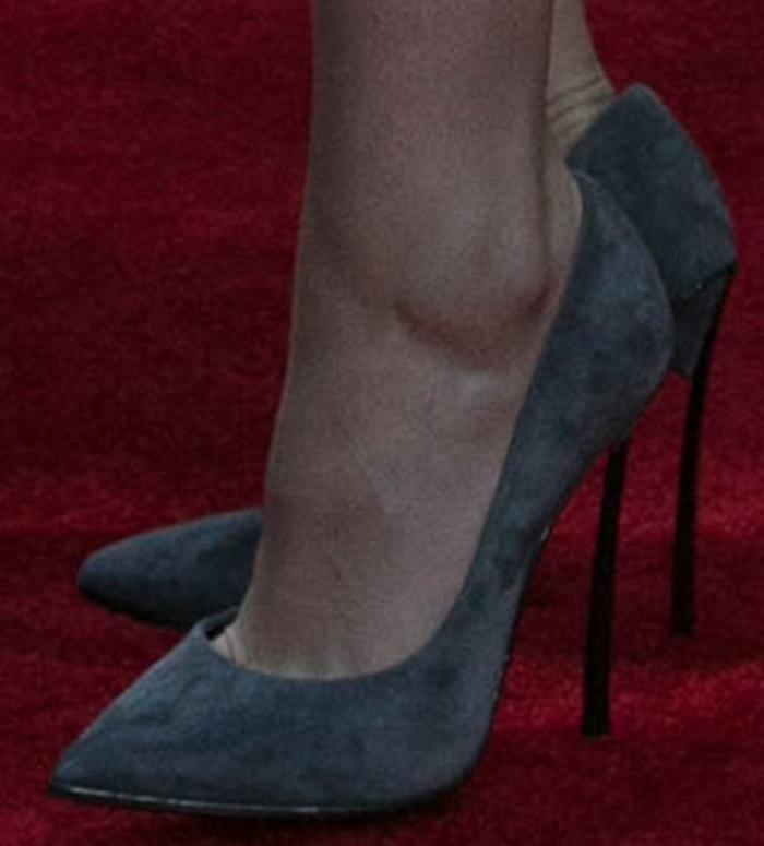 """Kristen Stewart'sCasadei """"Blade"""" pumps in gray suede"""