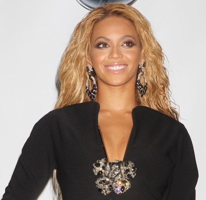 Beyonce styled the ultra sleek number with statement making hoops from Lorraine Schwartz