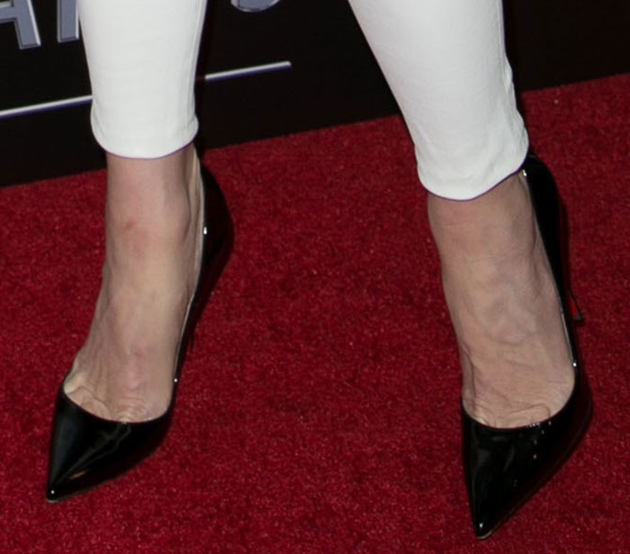 Gwen Stefani shows toe cleavage in pointy-toe shoes