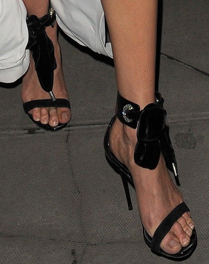 Karlie Kloss shows off her nasty feet inAlexander McQueen sandals
