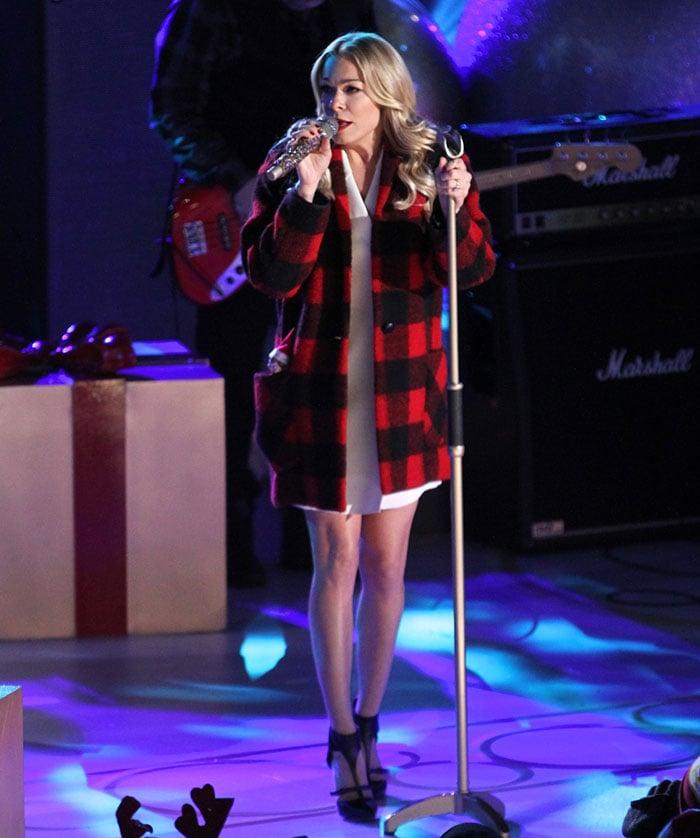 Rockefeller Christmas Tree Lighting 2014: LeAnn Rimes Performs At The Rockefeller Center In Casadei
