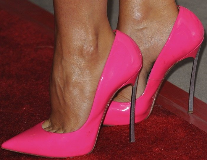 Stana Katic shows off her perfect feet in pink shoes