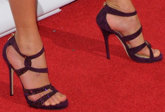Taylor Swift shows off her sexy feet instrappy Tomar heels from Jimmy Choo