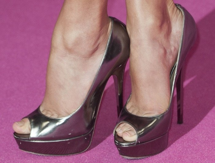 Taylor Swift shows off her sexy toes in Jimmy Choo shoes