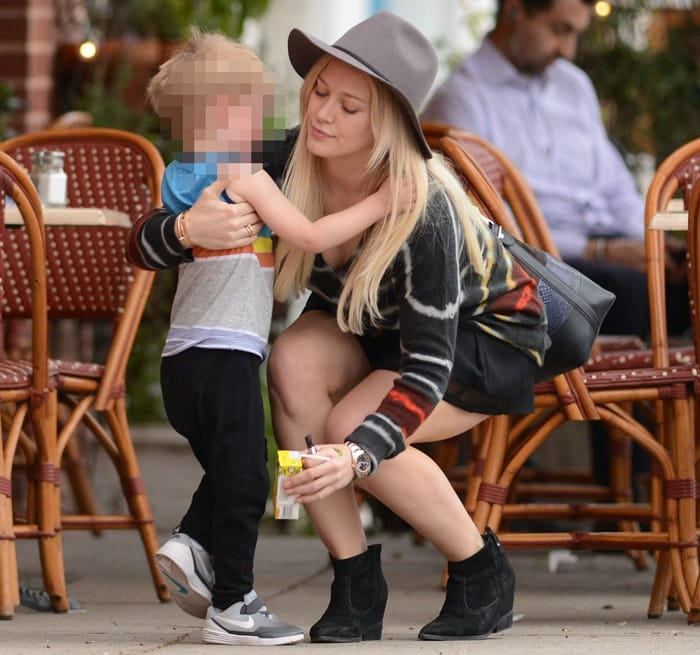 Hilary Duff toted a black grained leather large bucket bag fromProenza Schouler