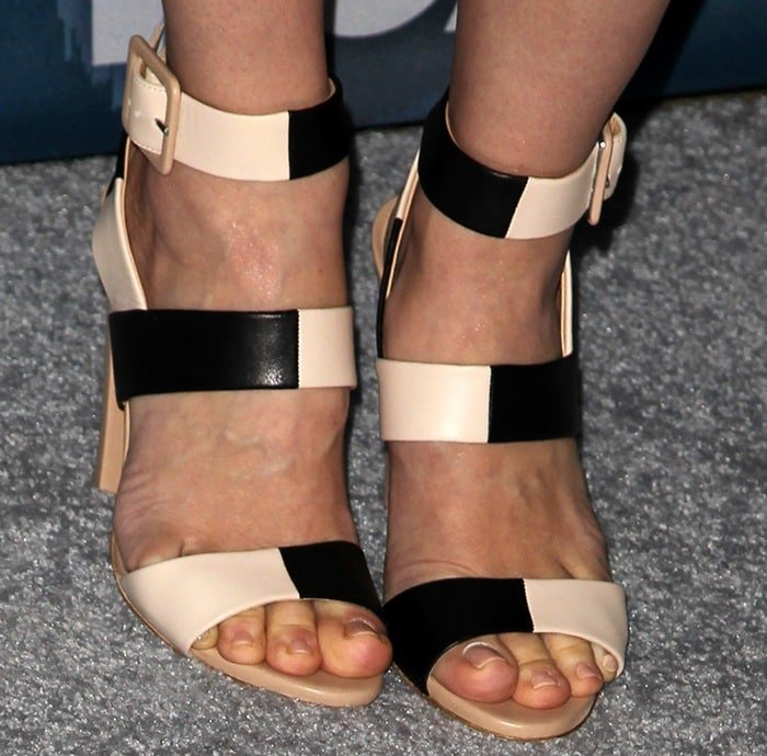 January Jones displayed her pretty feet in two-tone sandals