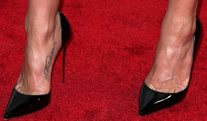 Jennifer Aniston showed off her feet in black Christian Louboutin pumps