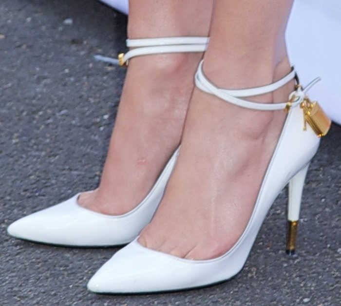 Jennifer Lopez's toe cleavage in popular Tom Ford padlock pumps