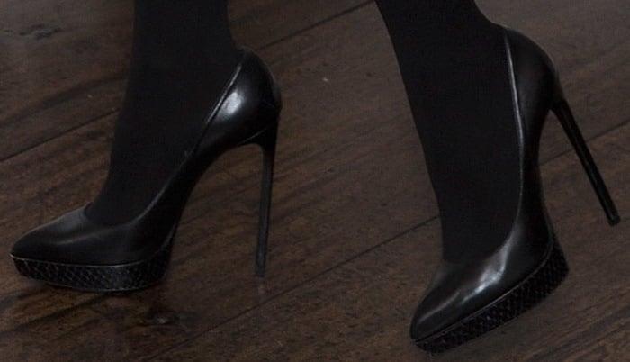 Jessica Chastain's black pumps by Saint Laurent