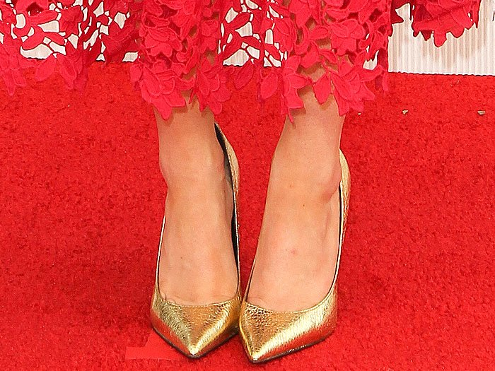 Maisie Williams reveals toe cleavage in Topshop Gemini pointy-toe pumps in cracked metallic gold