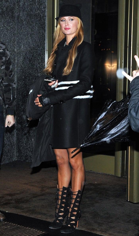 Paris-Hilton-outside-her-hotel-in-Milan-1