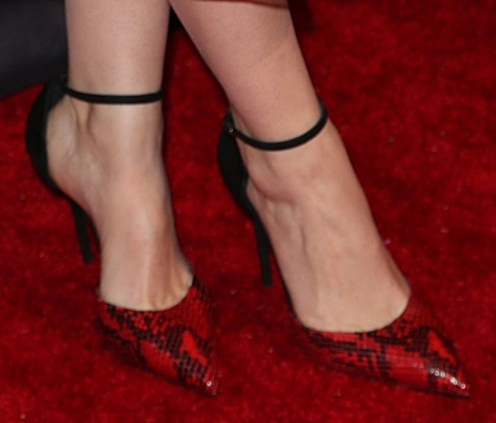 Felicity Jones reveals toe cleavage in red snake-stamped pumps