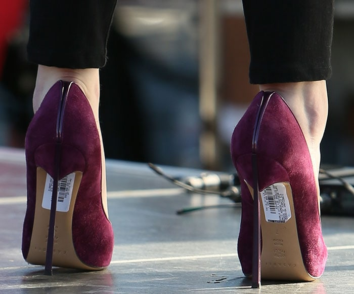 Anna Kendrick forgot to remove the price tag stickers from the bottom of her shoes
