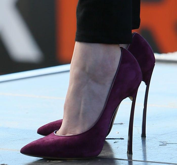 Anna Kendrick's hot feet in grape-colored Casadei heels