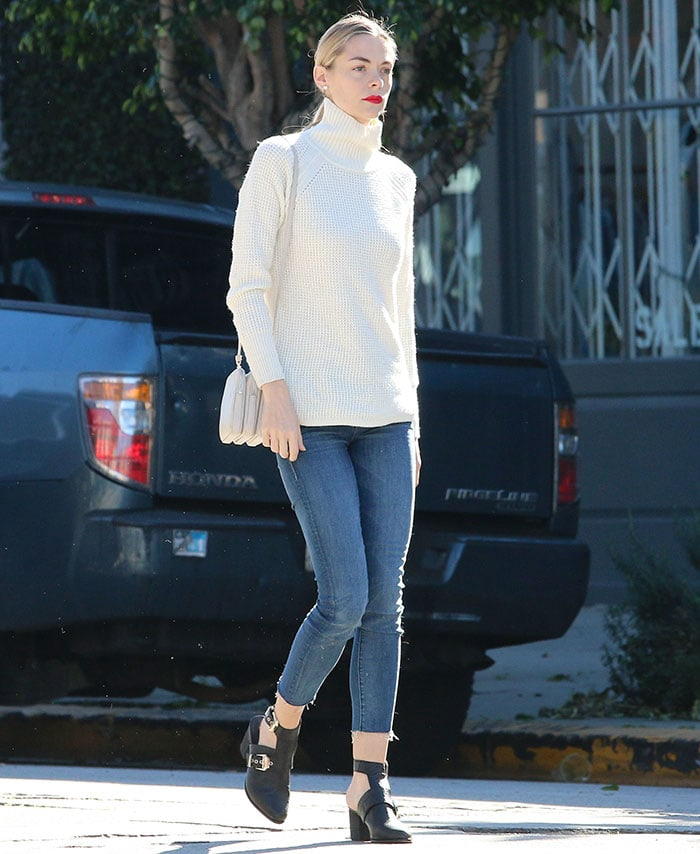 Jaime King paired cropped skinny jeans from Mother with black booties