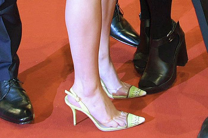 """Maisie Williams' legs in Sophia Webster """"Daria Kiwi"""" slingback pumps"""
