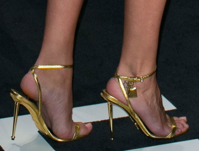 Rosie Huntington-Whiteley's hot feet and legs in gold Tom Ford sandals