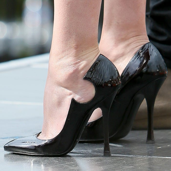 """Rumer Willis' hot feet in Sergio Rossi """"Marissa"""" pumps with circle side cutouts"""