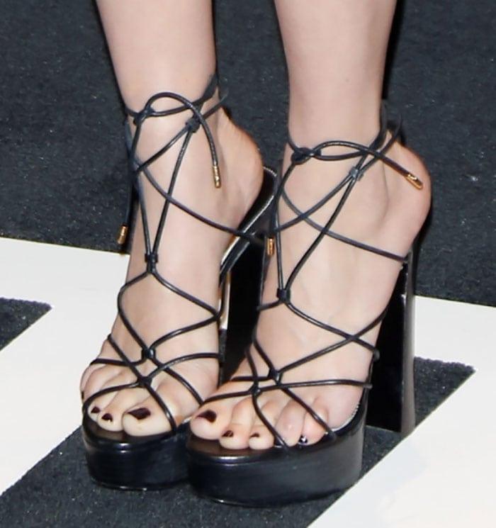 Scarlett Johansson's sexy feet in chunky platform sandals