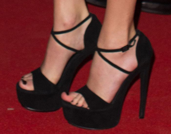 Taylor Swift's sexy feet in Kurt Geiger sandals