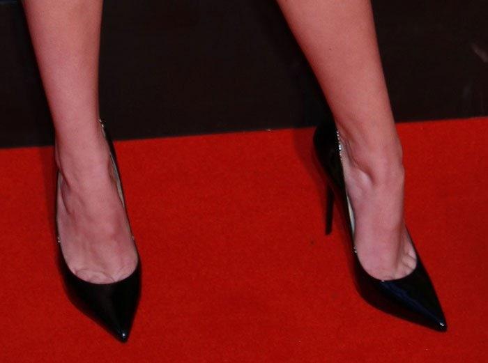 Bella-Thorne-wearing-Black-Pumps