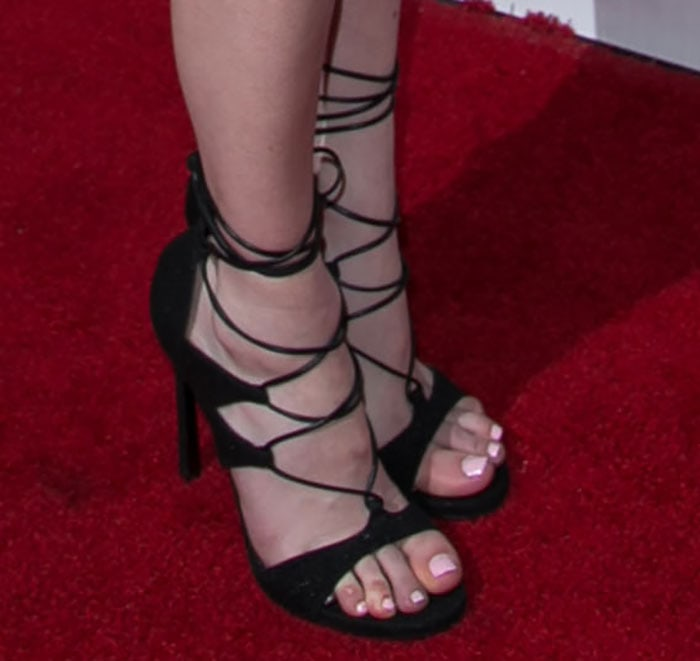 Emma Roberts's sexy toes in goosebump leather shoes