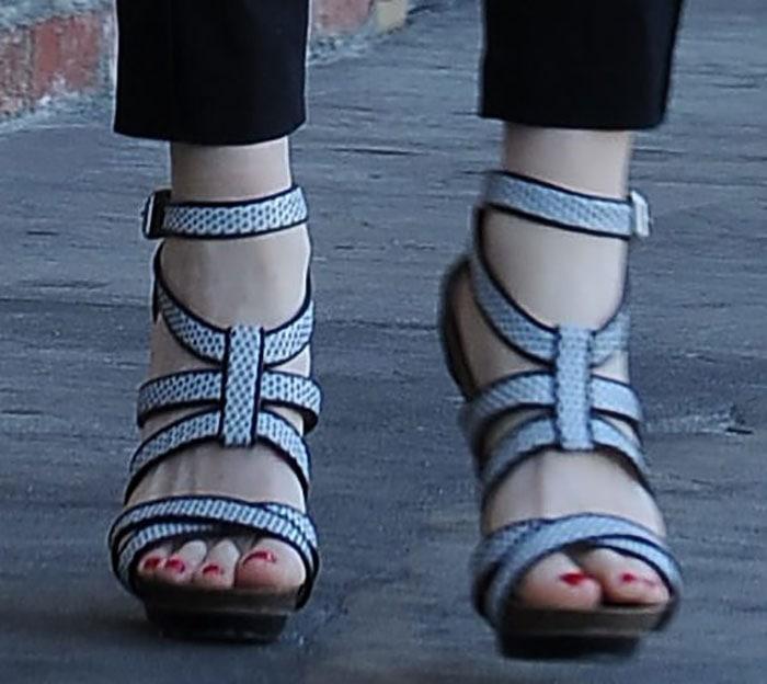 Gwen Stefani's hot feet in Beatrice sandals