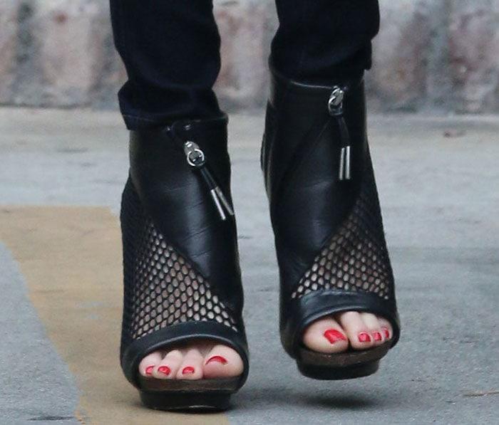 Gwen Stefani put her sexy toes on display in peep-toe booties