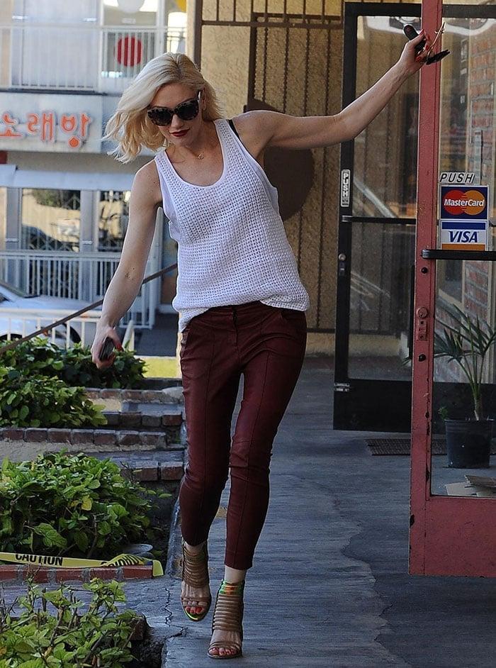 Gwen-Stefani-trips-in-high-heels