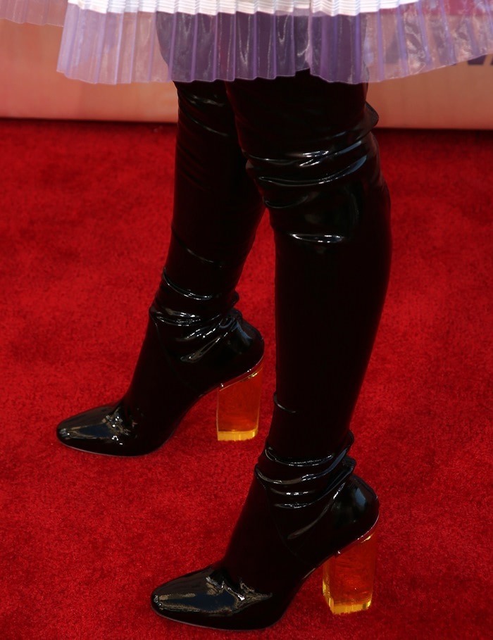Hailee Steinfeld's ugly over-the-knee boots