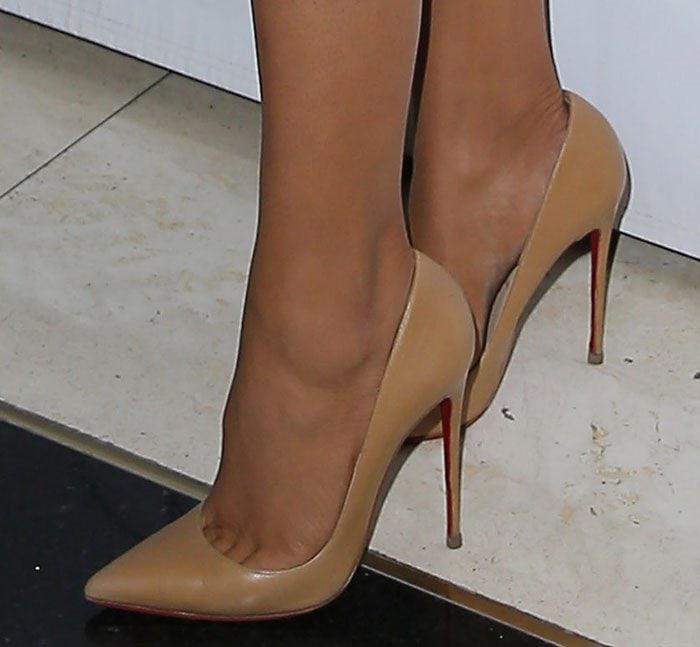 Khloe Kardashian showing toe cleavage in Christian Louboutin pumps