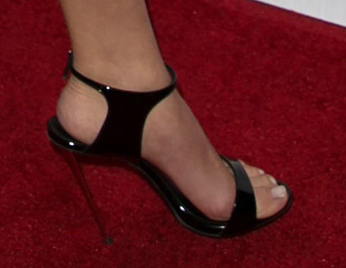 Sarah Hyland showed off her pretty feet in black sandals